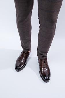 Scarpe classiche da uomo con pelle naturale, scarpe da uomo sotto un abito classico. foto di alta qualità