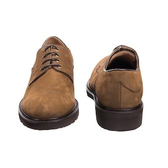Scarpe classiche da uomo con pelle scamosciata isolato su superficie bianca