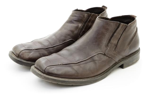Scarpe marrone scuro da uomo isolate su bianco.