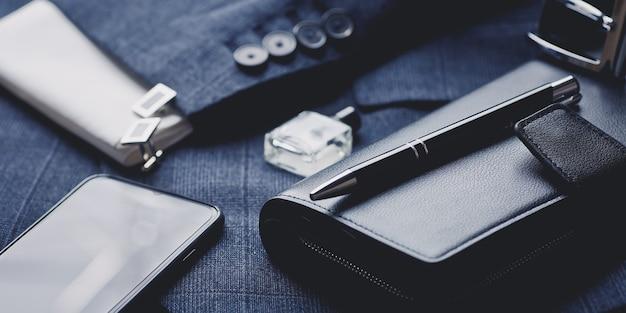 Accessori moda uomo: cravatta, profumo, gemelli, portafoglio, smartphone e penna di lusso