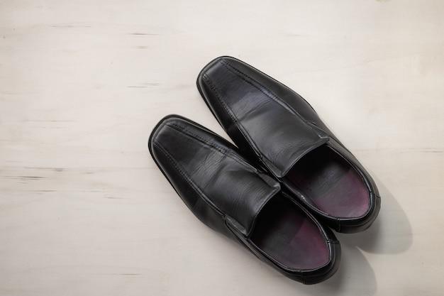 Scarpe da uomo in pelle su legno ¡¡