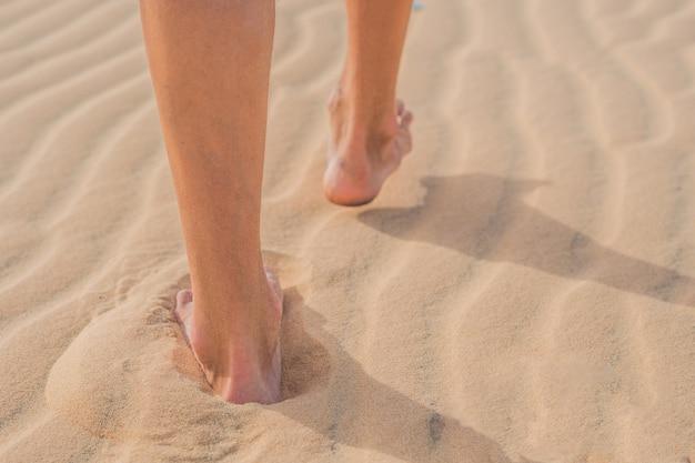 Le gambe degli uomini vanno nel deserto del vietnam, mui ne