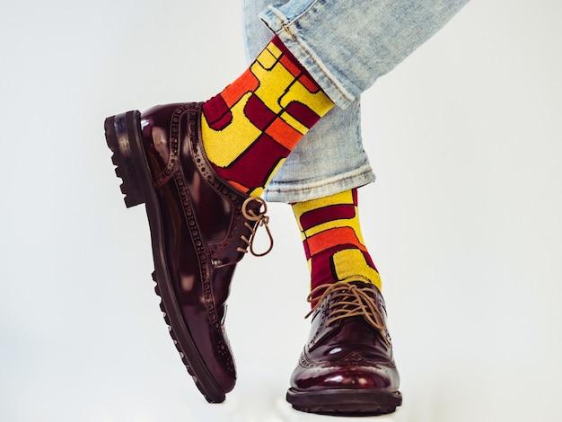 Gambe da uomo, scarpe alla moda e calzini luminosi. avvicinamento. concetto di stile, bellezza ed eleganza