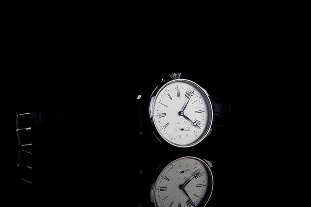 Orologio da polso di lusso da uomo su fondo nero