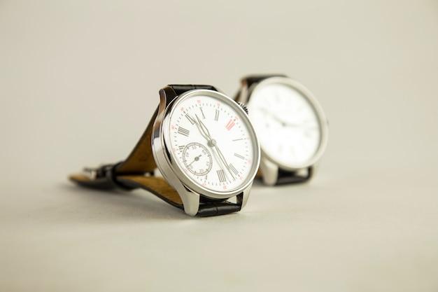 Orologio da polso di lusso da uomo su bianco