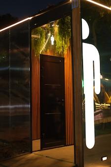 Wc maschile. toilette di strada serale