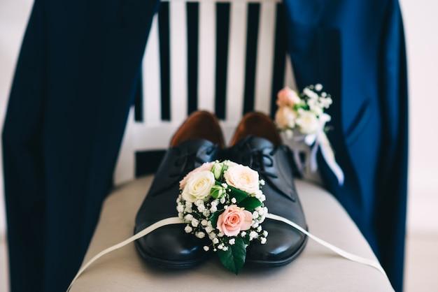 Scarpe da sposa da uomo sulla sedia. accessori da sposa. tasse dello sposo