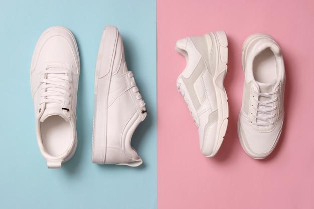 Sneakers da uomo e da donna su uno sfondo colorato vista dall'alto. scarpe sportive. scarpe da corsa bianche. foto di alta qualità