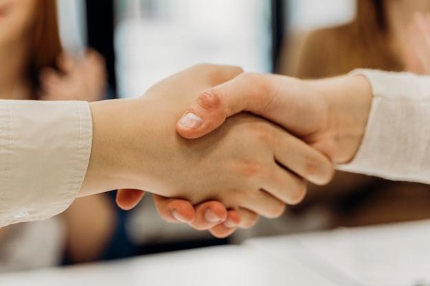 Uomini che si stringono la mano dopo la riunione d'affari Foto Premium