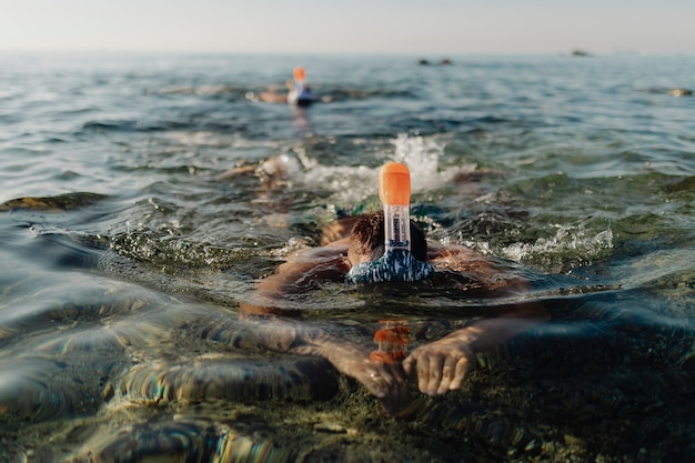 Uomini che fanno snorkeling in mare