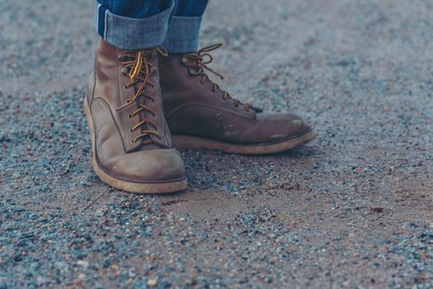 Gli uomini indossano stivali da costruzione calzature antinfortunistiche per lavoratori in cantiere