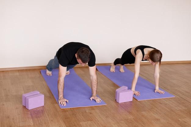 Uomini e donne fanno yoga sportivo