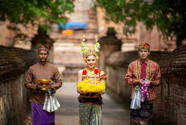 Uomini e donna con il costume e la posa tradizionali dell'indonesia all'aperto