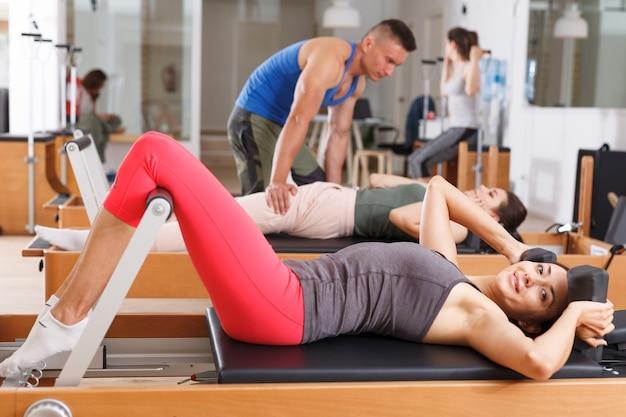 Uomini e donne in palestra durante gli esercizi