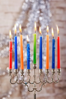 Menorah con candele per hanukkah contro luci sfocate