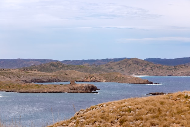 Isola di minorca. veduta di una delle baie dell'isola