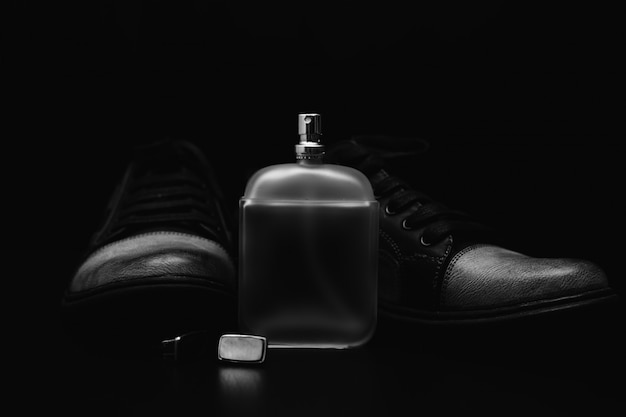 Accessori da uomo. scarpe con profumo e polsino