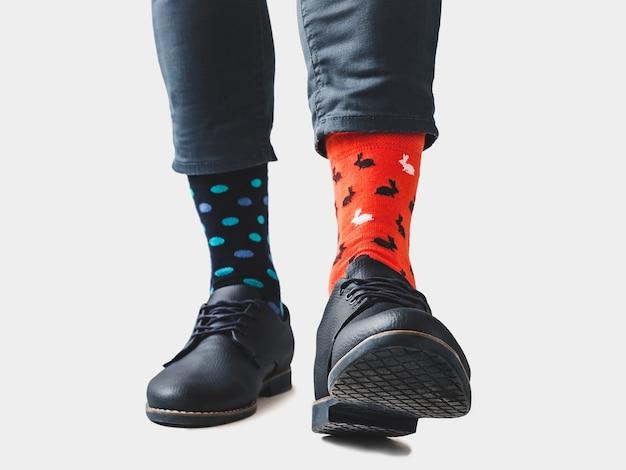 Gambe da uomo, scarpe alla moda e calzini luminosi.