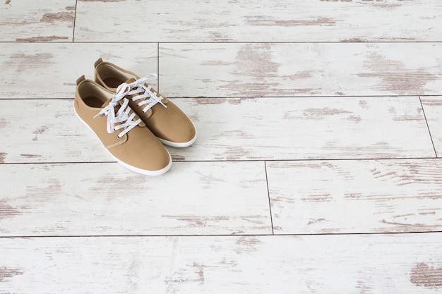 Scarpe estive da uomo sul vecchio pavimento in legno