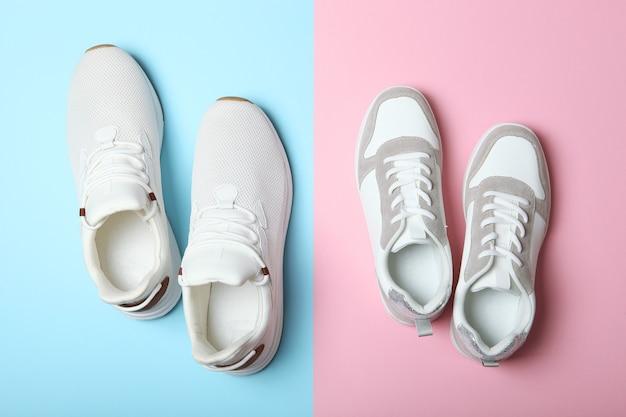 Scarpe da ginnastica da uomo e da donna su uno sfondo colorato con vista dall'alto scarpe sportive