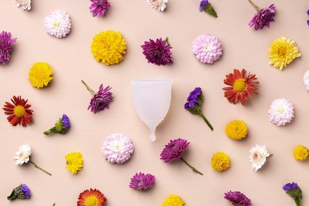 Coppetta mestruale sulla vista superiore della superficie del motivo floreale