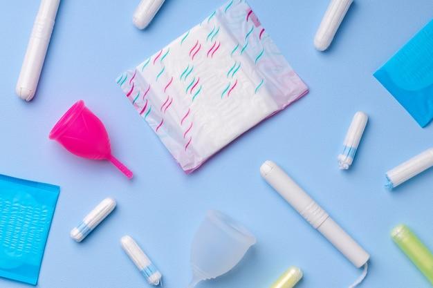 Prodotti per l'igiene mestruale tra cui tazza, assorbenti e vista dall'alto del tampone