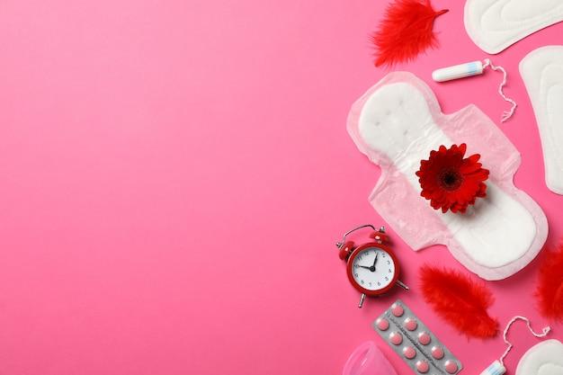 Concetto di periodo mestruale sulla superficie rosa