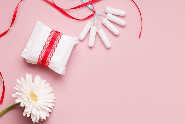 Concetto di mestruazioni. salvaslip e tamponi ..