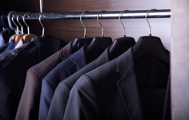 Abbigliamento da uomo, guardaroba da uomo. giacche da uomo su grucce
