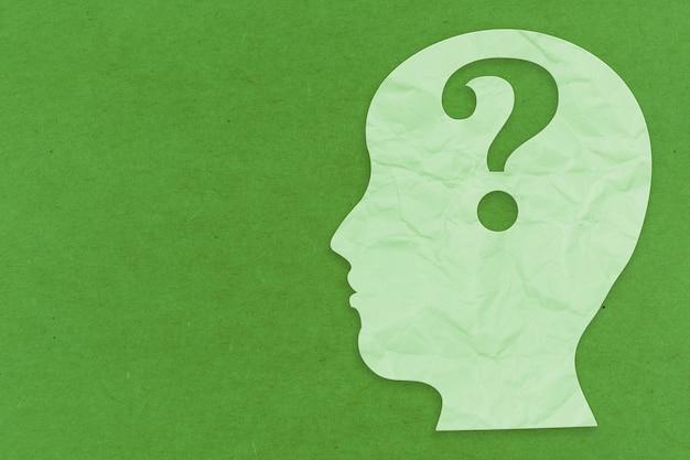 Concetto di salute mentale con faccia laterale e punto interrogativo