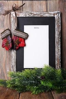 Scheda del menu con decorazioni natalizie su sfondo di assi di legno