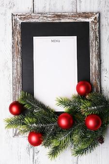 Tavola menù con decorazioni natalizie su assi di legno