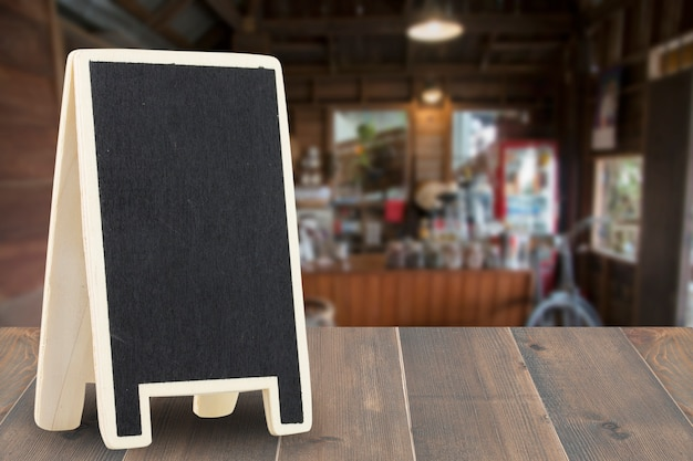 Scheda del menu sul tavolo in legno con sfocato dello sfondo caffetteria