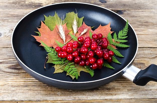 Concetto di menu, foglie di autunno, utensili da cucina.