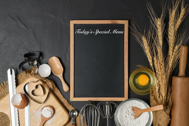 Testo del menu sulla lavagna e uova fresche