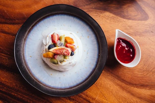 Farina di meringa con frutta fresca tra cui fragola, mango, kiwi, mirtillo