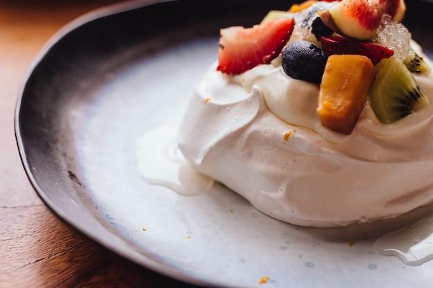 Farina di meringa con frutta fresca tra cui fragola, mango, kiwi, mirtillo.