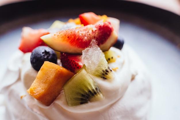 Farina di meringa con frutta fresca tra cui fragola