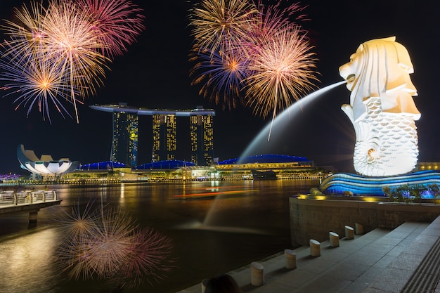 La fontana merlion di fronte all'hotel marina bay sands merlion è una creatura immaginaria