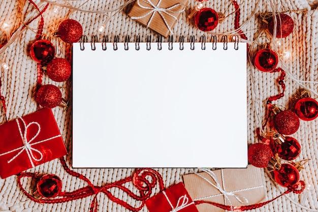 Buon natale concetto con scatole regalo, giocattoli e notebook con sfondo