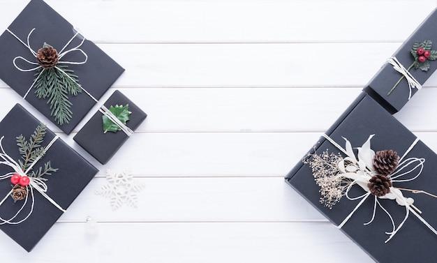 Buon natale concetto con altre decorazioni per la celebrazione su fondo di legno bianco