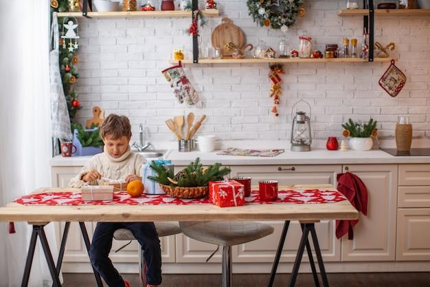 Buon natale e buone feste! un bambino in cucina alla vigilia di natale