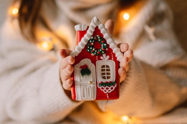 Buon natale e buone feste. gingerbread cookies in una mano di bambino. aspettando natale.