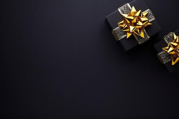 Buon natale e buone feste biglietto di auguri, cornice, banner. sfondo nero.