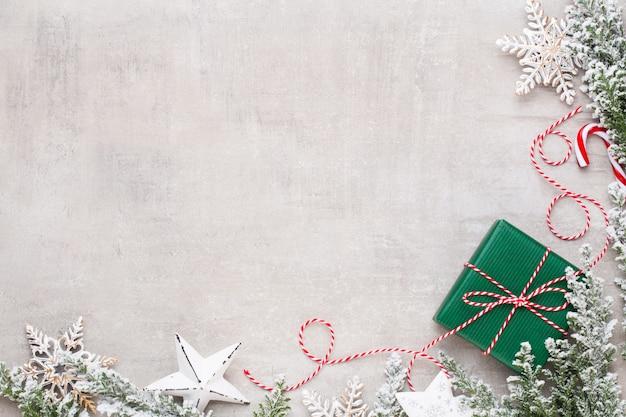 Buon natale e buone feste biglietto di auguri, cornice, banner. nuovo anno. noel. regali di natale d'argento, ornamenti sulla vista superiore del fondo blu. tema natale vacanze invernali. lay piatto.