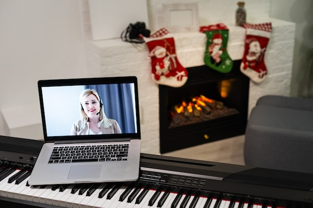 Buon natale e felice. nuovo pianoforte e laptop a natale