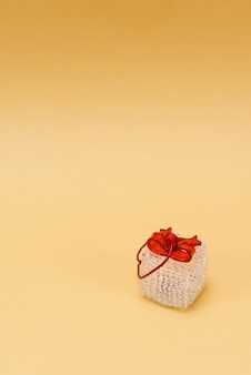 Buon natale e felice anno nuovo 2022, con regalo isolato su sfondo giallo. copia spazio.