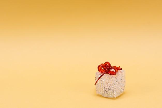 Buon natale e felice anno nuovo 2022, con regalo isolato su sfondo giallo. foto verticale