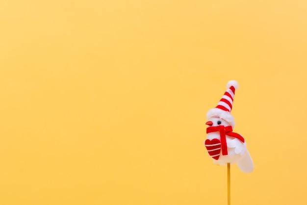 Buon natale e felice anno nuovo sfondo, decorazione con uccello bianco su sfondo beige
