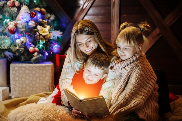Buon natale e felice anno nuovo, bella famiglia negli interni di natale.